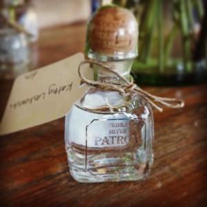 Kleiner Rum als Gastgeschenk für Hochzeit